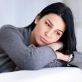 Mujer en el sofa pensativa