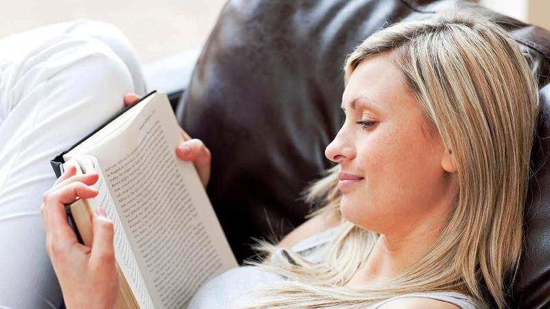 Mujer leyendo en el sofa 2