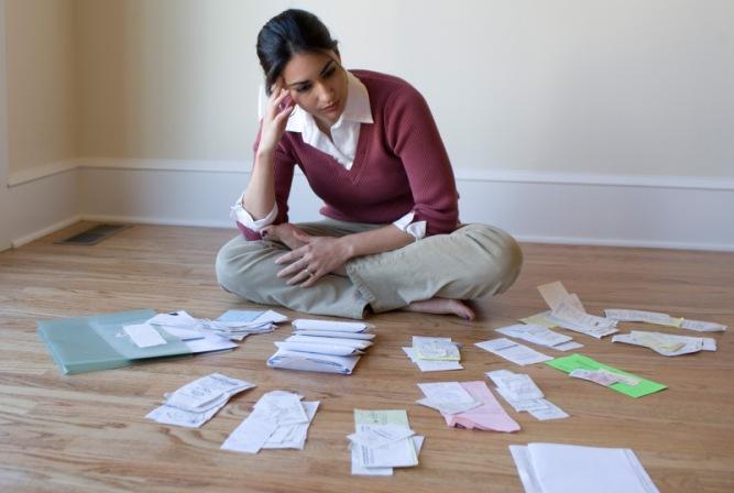 mujer-arreglando-sus-finanzas